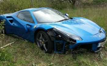 В Великобритании обнаружен брошенный после аварии автомобиль Ferrari 488 GTB
